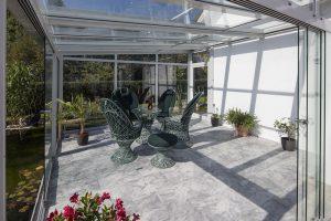 Zalety i wady mebli ogrodowych wykonanych z różnych materiałów