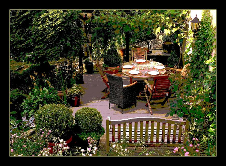Komplety ogrodowe z drewna. Sprawdź, jak zaaranżować przestrzeń wokół domu