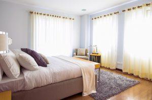 Łóżko ze schowkiem czy bez? Co lepiej wybrać?